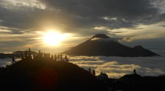 dieng plateau tour: sikunir golden sunrise